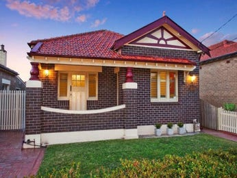 Brick californian bungalow house exterior with bi-fold windows & hedging - House Facade photo 526905