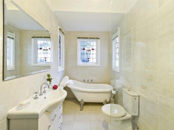 Classic bathroom design with claw foot bath using ceramic - Bathroom Photo 523469