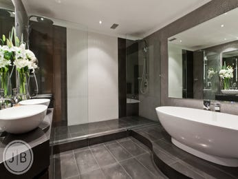 Modern bathroom design with freestanding bath using ceramic - Bathroom Photo 526513