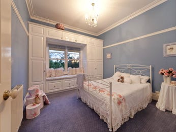 Children's room bedroom design idea with carpet & built-in shelving using blue colours - Bedroom photo 524917
