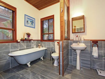 Classic bathroom design with claw foot bath using tiles - Bathroom Photo 526501