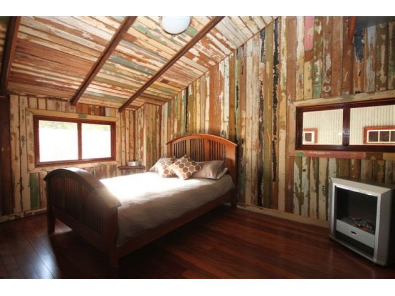 Country bedroom design idea with timber exposed eaves for Eaves bedroom ideas