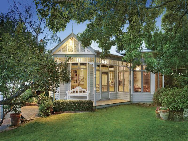 Weatherboard edwardian house exterior with balcony for Weatherboard house designs