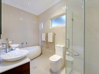 Modern bathroom design with freestanding bath using frameless glass - Bathroom Photo 15932713