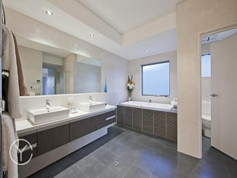 Modern bathroom design with recessed bath using tiles - Bathroom Photo 1222612
