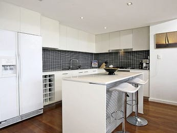 Modern l-shaped kitchen design using floorboards - Kitchen Photo 464135