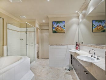Modern bathroom design with recessed bath using ceramic - Bathroom Photo 142450