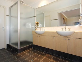 Modern bathroom design with twin basins using frosted glass - Bathroom Photo 145450