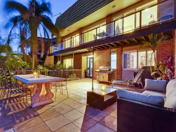 Indoor-outdoor outdoor living design with outdoor dining & outdoor furniture setting using tiles - Outdoor Living Photo 7189689