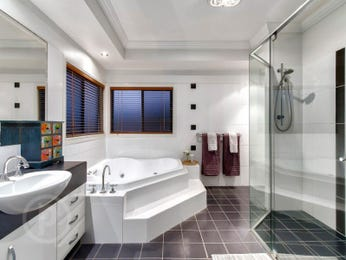 Classic bathroom design with corner bath using frameless glass - Bathroom Photo 16877205