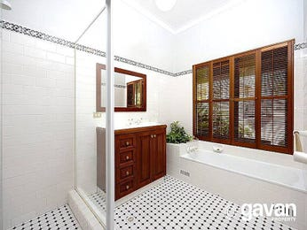 Classic bathroom design with claw foot bath using tiles - Bathroom Photo 408502