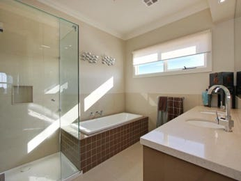 Modern bathroom design with recessed bath using tiles - Bathroom Photo 487476