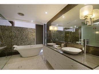Modern bathroom design with freestanding bath using ceramic - Bathroom Photo 6934029