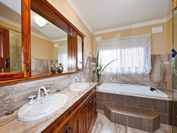 Classic bathroom design with recessed bath using ceramic - Bathroom Photo 485748