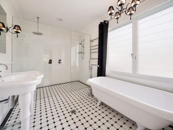 Modern bathroom design with claw foot bath using frameless glass - Bathroom Photo 212295