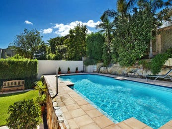 Geometric pool design using grass with retaining wall & hedging - Pool photo 418019
