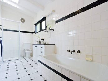 Classic bathroom design with claw foot bath using tiles - Bathroom Photo 418350