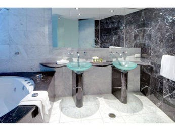 Modern bathroom design with spa bath using marble - Bathroom Photo 375055
