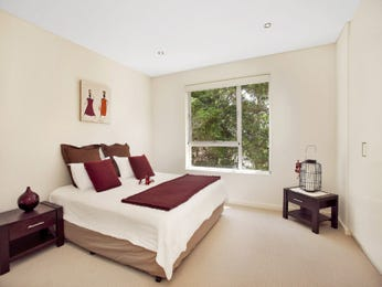 Modern bedroom design idea with carpet & sash windows using beige colours - Bedroom photo 982272