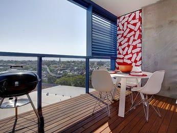 Indoor-outdoor outdoor living design with glass balustrade & decorative lighting using timber - Outdoor Living Photo 267924