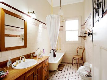 Retro bathroom design with claw foot bath using ceramic - Bathroom Photo 271051
