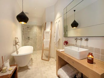 Classic bathroom design with built-in shelving using ceramic - Bathroom Photo 271399