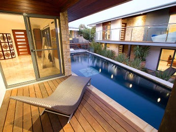 Geometric pool design using brick with decking & decorative lighting - Pool photo 861450
