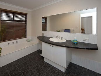 Modern bathroom design with recessed bath using ceramic - Bathroom Photo 808795