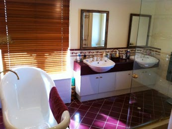 Modern bathroom design with freestanding bath using frameless glass - Bathroom Photo 931701