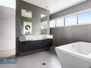 Modern bathroom design with freestanding bath using ceramic - Bathroom Photo 8958229