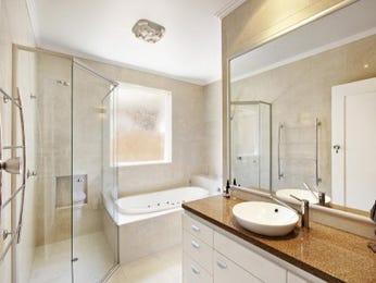 Modern bathroom design with recessed bath using frameless glass - Bathroom Photo 1054258