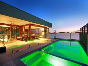 Geometric pool design using glass with decking & decorative lighting - Pool photo 1425301