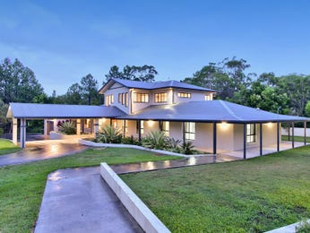 Concrete modern house exterior with circular driveway & feature lighting - House Facade photo 997979