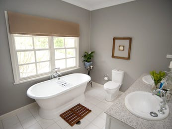 Classic bathroom design with freestanding bath using ceramic - Bathroom Photo 586365