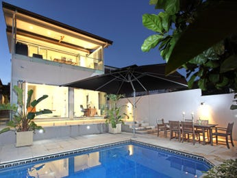 Geometric pool design using tiles with outdoor dining & decorative lighting - Pool photo 822371