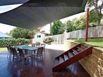 Multi-level outdoor living design with outdoor dining & hedging using grass - Outdoor Living Photo 1397245