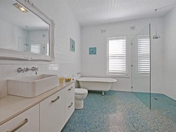 Classic bathroom design with claw foot bath using frameless glass - Bathroom Photo 461217