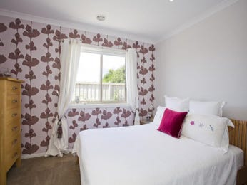Classic bedroom ideas with wallpaper in blue gold green pastel pink purple red and yellow for Pastel pink and yellow bedroom