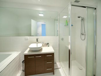 Modern bathroom design with recessed bath using chrome - Bathroom Photo 1269609