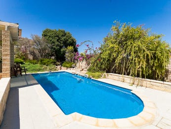 In-ground pool design using brick with decking & outdoor furniture setting - Pool photo 1127735