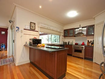 Modern u-shaped kitchen design using floorboards - Kitchen Photo 1039998