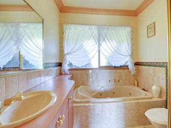 Country bathroom design with recessed bath using tiles - Bathroom Photo 994881