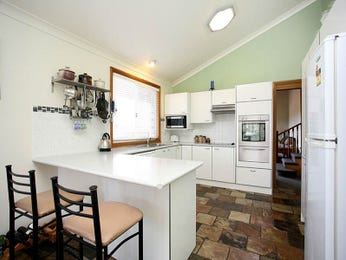 Classic galley kitchen designs with breakfast bar for Galley kitchen designs with breakfast bar
