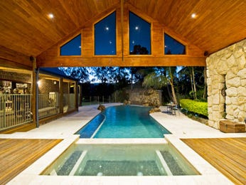 Freeform pool design using natural stone with decking & hedging - Pool photo 1068981