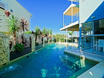 Geometric pool design using tiles with glass balustrade & ground lighting - Pool photo 1340040