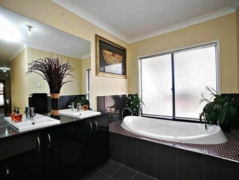 Classic bathroom design with recessed bath using ceramic - Bathroom Photo 710114