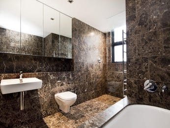 Modern bathroom design with recessed bath using granite - Bathroom Photo 756430