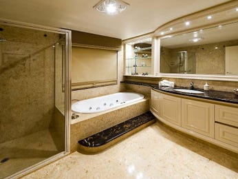 Modern bathroom design with recessed bath using glass - Bathroom Photo 1467320