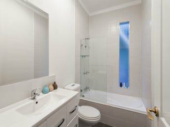 Glass in a bathroom design from an Australian home - Bathroom Photo 975981
