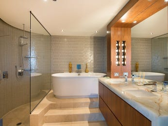 Modern bathroom design with freestanding bath using frameless glass - Bathroom Photo 2057557